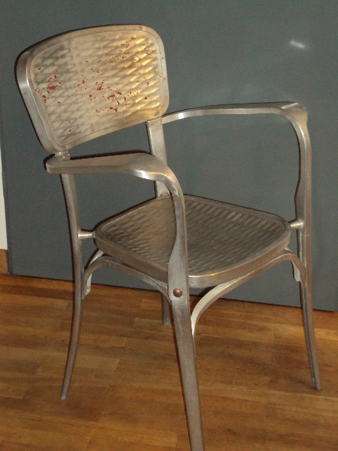 Aluminiumstühle Von Gaston Viort, Salon De Provence, Frankreich Um 1950.  Zwei Verschiedene Modelle, Jeweils Mit Und Ohne Armlehne Und In  Verschiedenen ...